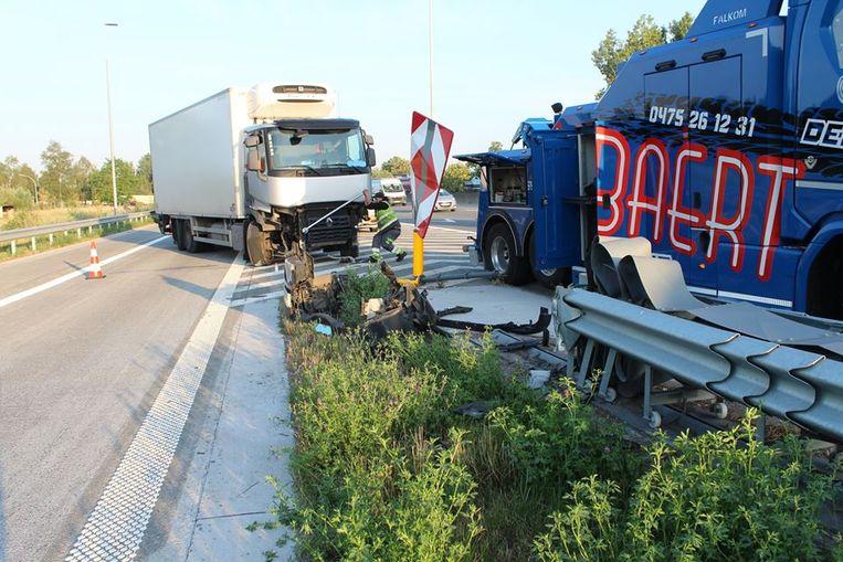 De vrachtwagen raakte de vangrail tussen de afrit en de snelweg.