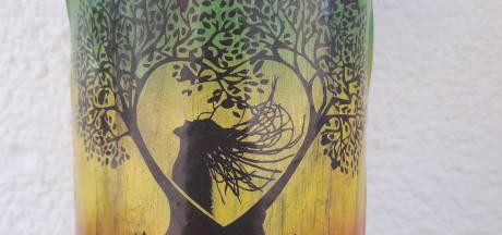 Stickers in Tilburg. Dread Love klit vast op schouder en regenpijp
