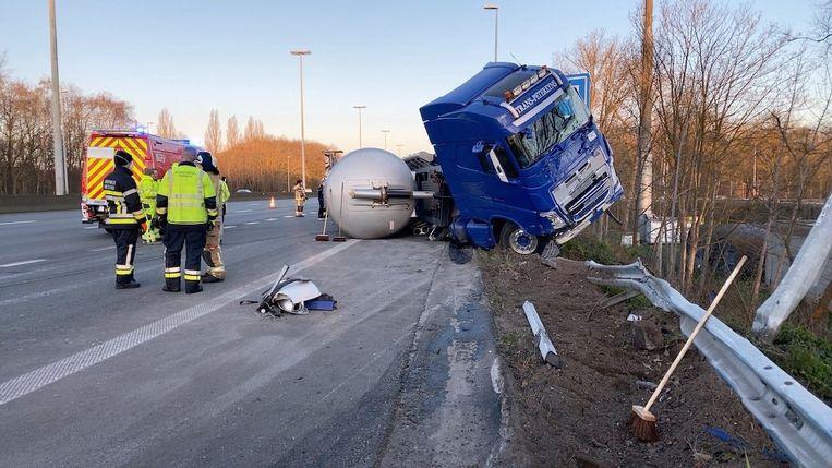 Door het ongeval waren de rechter- en middenrijstrook versperd voor het verkeer.
