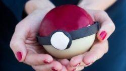Een chocolade pokéball vol lekkers, ideaal om de chocolade mee op te werken