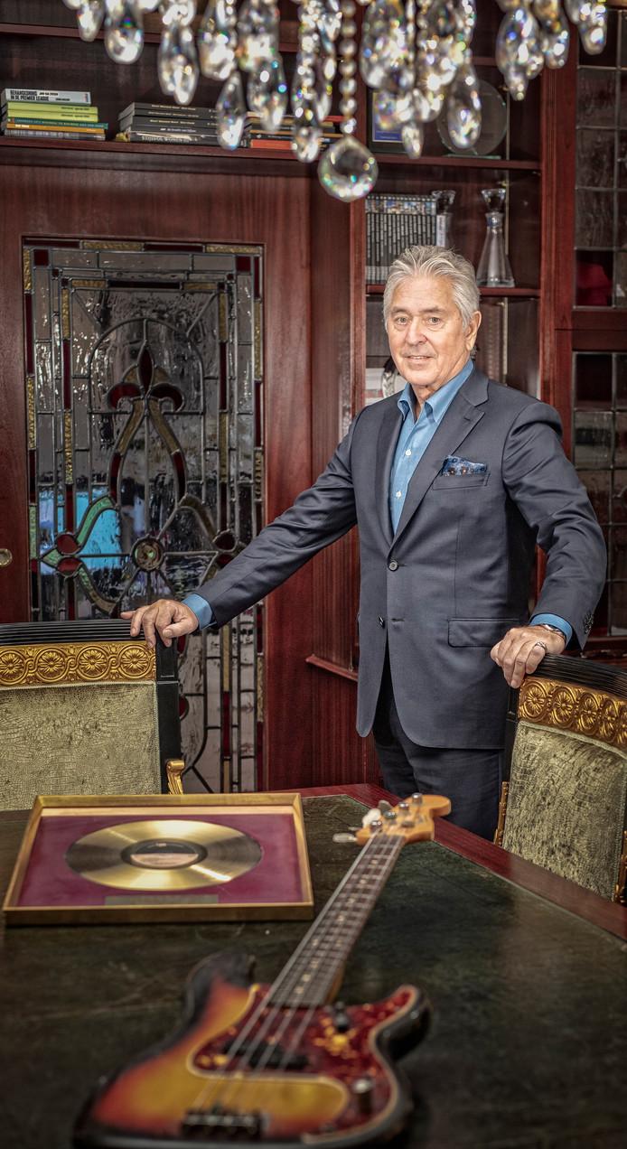 Casino-directeur Harry Ballemaker met de gouden plaat van Shocking Blue en de basgitaar van Klaasje van der Wal.