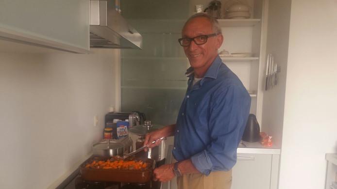 John la Gordt Dillié kookt voor medebewoners van zijn flat Heerenbeek.