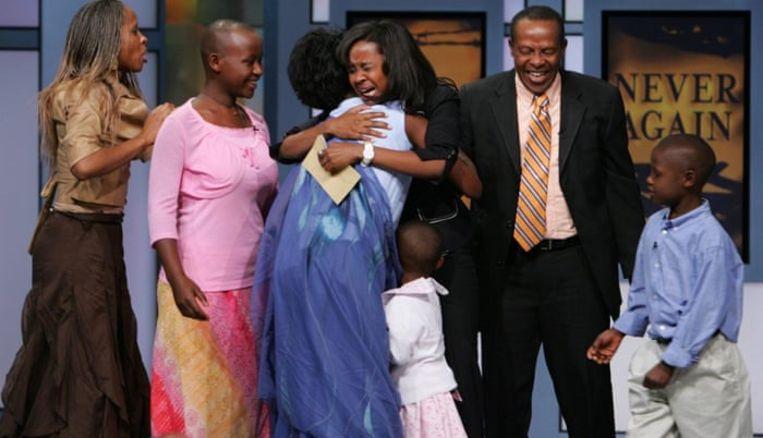 In 2006 werden Clemantine en Claire Wamariya tijdens de Operah Winfrey Show live op televisie herenigd met hun ouders, die ze sinds de genocide niet meer hadden gezien. Beeld