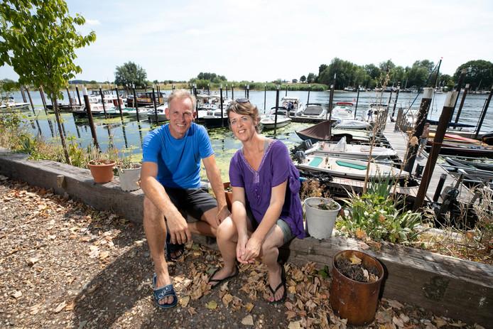 Bas Heemskerk (56) en Mady Paternostre (52) kochten vijf kleine plezierboten die ze per week verhuren.