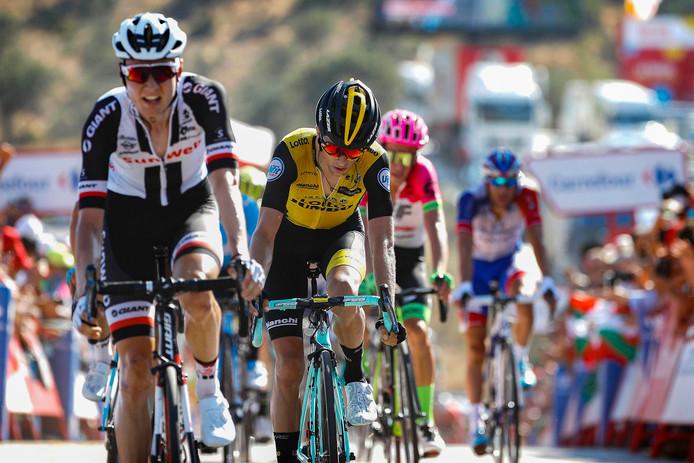 Wilco Kelderman komt net voor George Bennett over de finish in de tweede etappe.