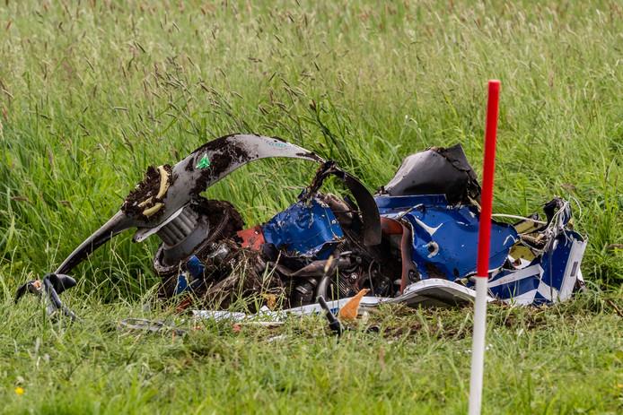 Van de motor en propellor van het sportvliegtuig dart vanmorgen neerstortte tussen Bergambacht en Stolwijk is niets meer over. Wrakstukken van het vliegtuigje liggen verspreid over een gebied van circa 300 meter.