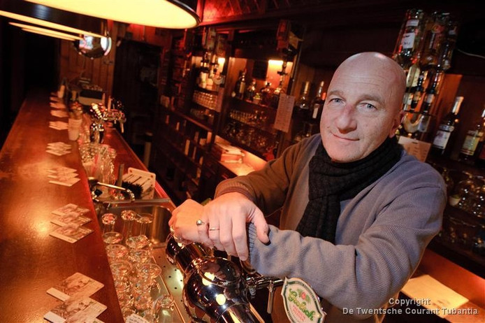 Bertus Klein toen ie nog een paar jaar jonger was, in muziekcafé De Cactus.