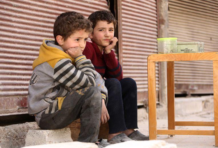 Twee Syrische jongetjes in de stad Douma.