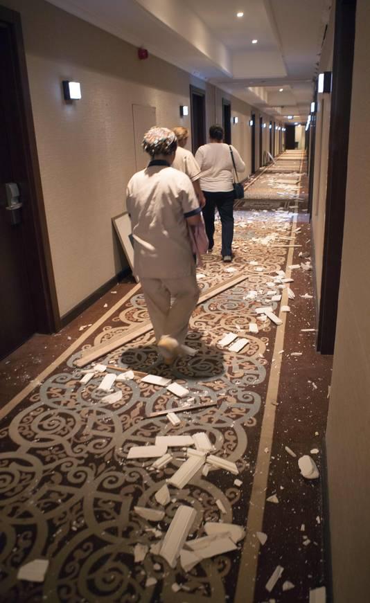 Gaten van het Acapulco hotel in Kyrenia Workers tussen de ravage.