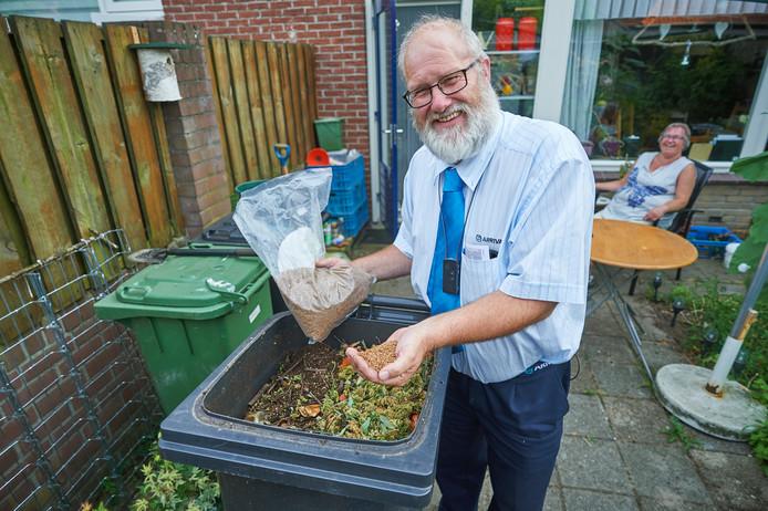 Arend Joosten bij zijn 'kobashi-kliko' die hij gebruikt om van afval compost te maken. Zijn groene kliko hoeft hij daarom nooit aan de weg te zetten.