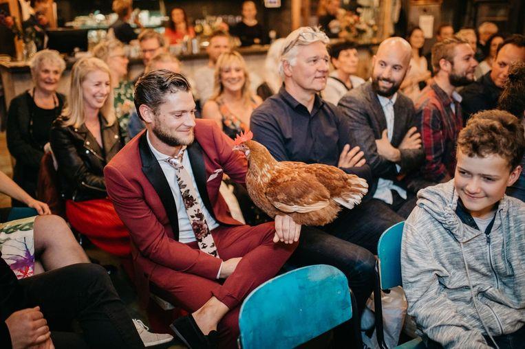 De kip Shakira was volgens de feestgangers de gangmaker op de bruiloft in de Tuinen van West. Beeld Angelica Vis