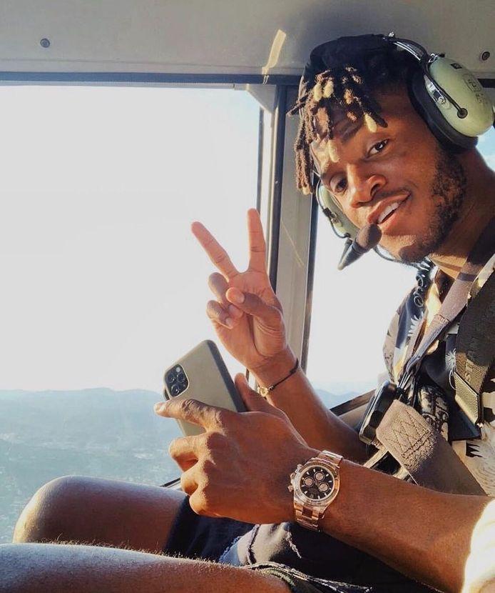 Een beeld van Michy Batshuayi vandaag: niet op training bij Chelsea, wel in een helikopter. Al is zijn bestemming evenwel onbekend.
