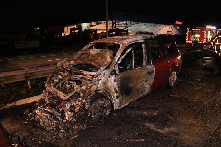 de auto brandde nagenoeg volledig uit