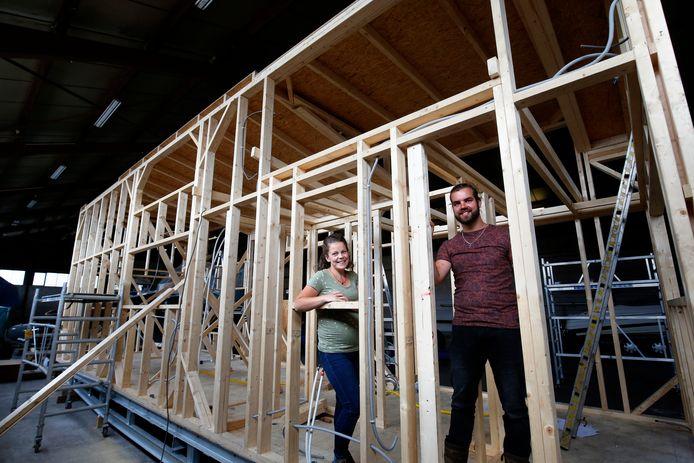 Annemarie en Theo Vis gaan iedere week even kijken in Werkendam hoe hun tiny house vorm krijgt.