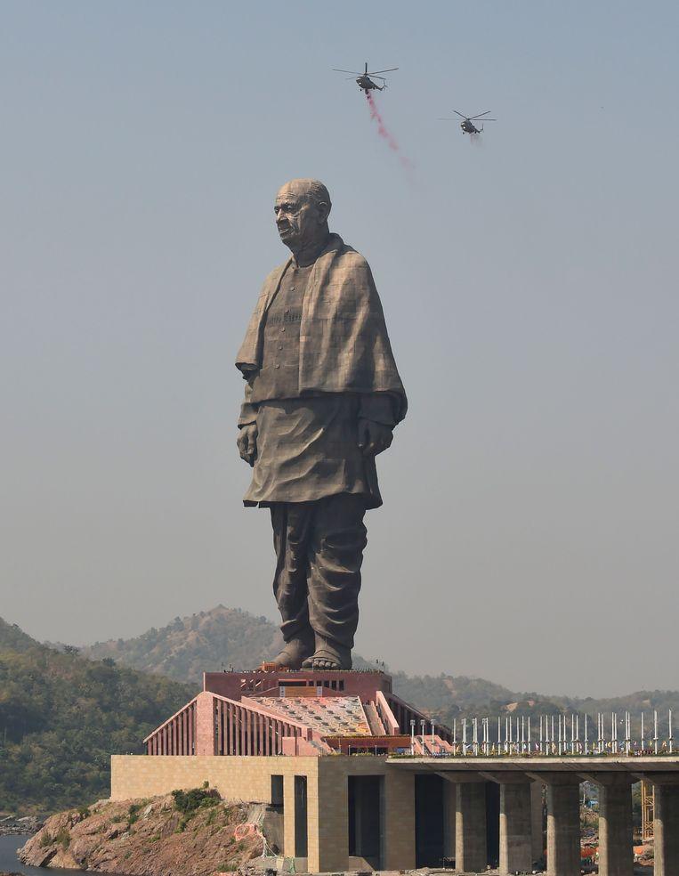 Het Standbeeld van de Eenheid op een eilandje bij de Sardar Sarovar-stuwdam stelt Sardar Vallabhbhai Patel voor. Beeld AFP