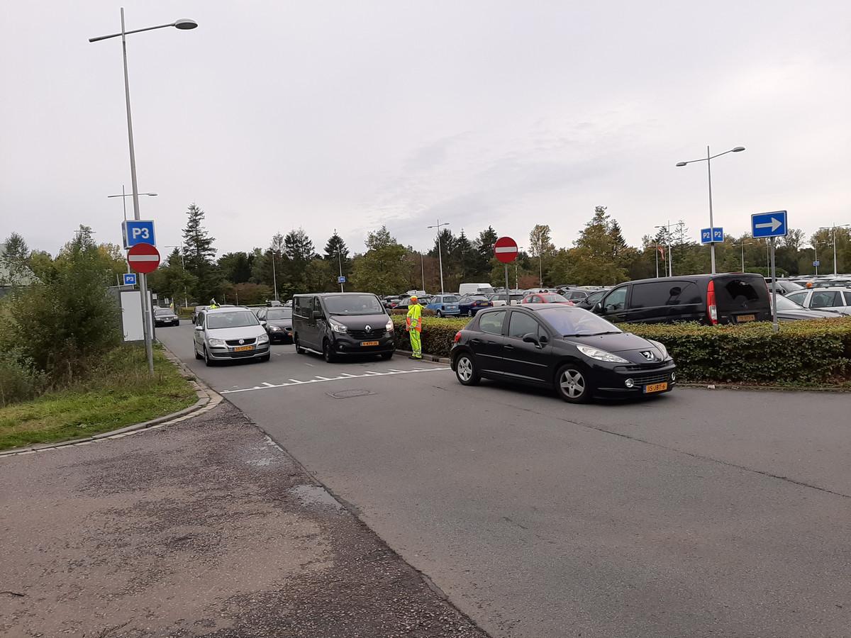 Een verkeersregelaar helpt bij de doorstroom rondom het Omnisport.
