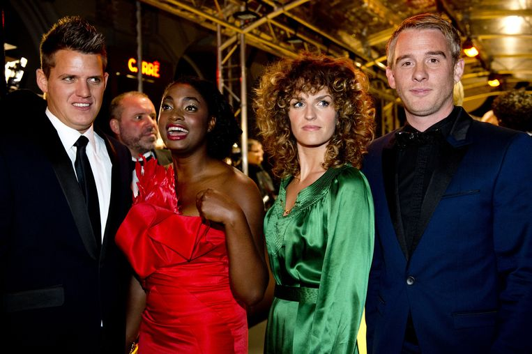 Carolien Borgers (tweede van rechts) met Kees Tol, Zarayda Groenhart en Art Rooijakkers van de genomineerde serie Wie is de Mol? op de rode loper voor aanvang van het Gouden Televizier-Ring Gala in Carré. Beeld ANP
