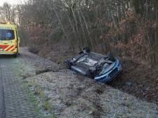 Auto van de weg gegleden en in de sloot beland in Drunen