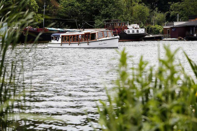 Een boot met het stoffelijke overschot voer naar de begraafplaats.