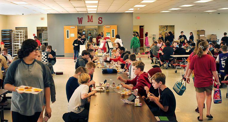 Leerlingen van Wagoner Middle School lunchen in de schoolkantine.  Beeld Seije Slager