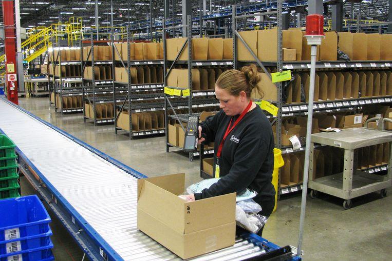 Een werkneemster van Radial, een dochter van het Belgische postbedrijf bpost.