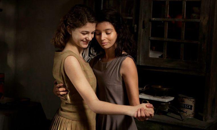 Beeld uit de tv-serie De geniale vriendin, de verfilming van de Napolitaanse romans van Elena Ferrante. Beeld