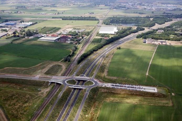 De ovatonde tussen Nijmegen en Ressen. Rechts het transferium waar forensen van de auto kunnen overstappen op de pendelbus naar de stad. Foto: Erik van 't Hullenaar