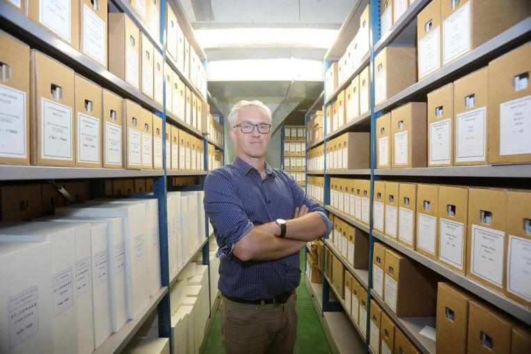 De nieuwe stadsarchivaris Jan D'Hondt focust op digitalisering en de integratie van het OCMW-archief.