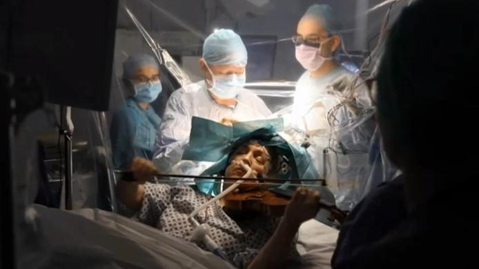 De Britse Dagmar Turner moest een hersenoperatie ondergaan vanwege een tumor. Omdat ze bang was dat er iets zou gebeuren waardoor ze nooit meer viool kon spelen, besloten de chirurgen haar tijdens de operatie te laten spelen.