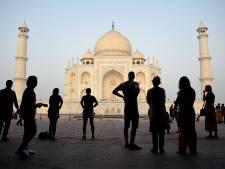 Insecten teisteren Taj Mahal; toeristen zien groen en geel