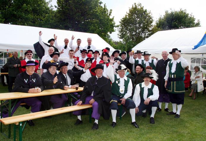 Koningsschieten in Haps voor alle gilde van de gemeente Cuijk enkele jaren geleden. Op foto de een groep gildebroeders van alle gilden bij elkaar.