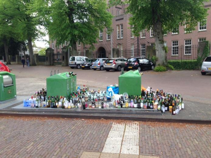Een locatie voor glasbakken in Nijmegen, net na het weekend