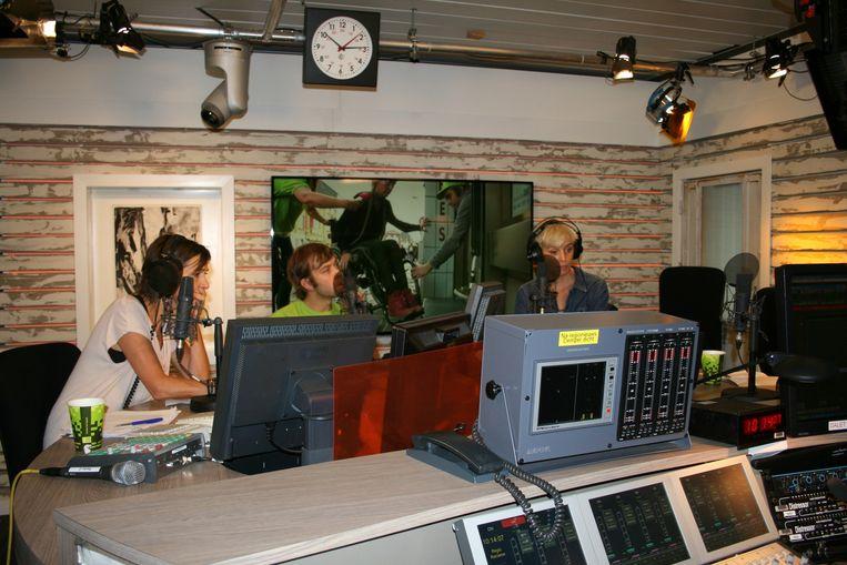 Michiel Desmet in de studio van Radio 2.