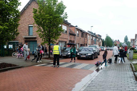 De schoolingang van Het Klaverbos in de Jan Sanderslaan. Bij het begin en einde van de schooldag zal de straat voor inrijdend verkeer worden afgesloten.
