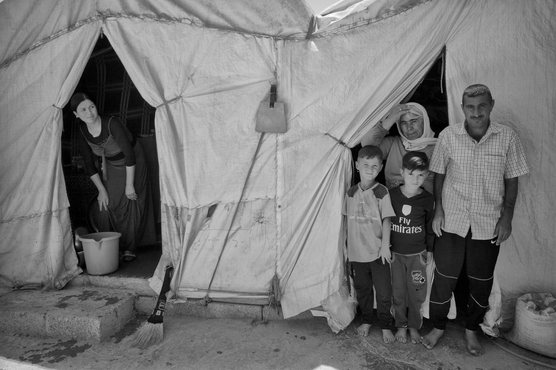 Een Jezidi-familie in een vluchtelingenkamp in Irak, vier jaar nadat zij slachtoffer werden van ISIS. De vrouw links kan sindsdien niet meer praten.