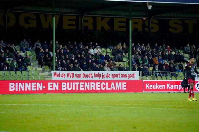 Supporters van FC Dordrecht kwamen vrijdagavond met flink wat spandoeken naar de Krommedijk.