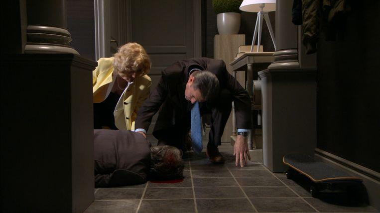 Tom en Marianne vinden Leo op de grond.