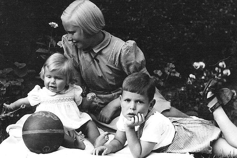 Een jeugdfoto met zijn twee zussen. Beeld RV