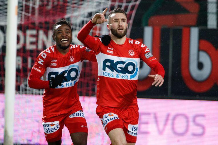 Idir Ouali (rechts) juicht na één van zijn acht goals die hij dit seizoen voor KV Kortrijk scoorde.