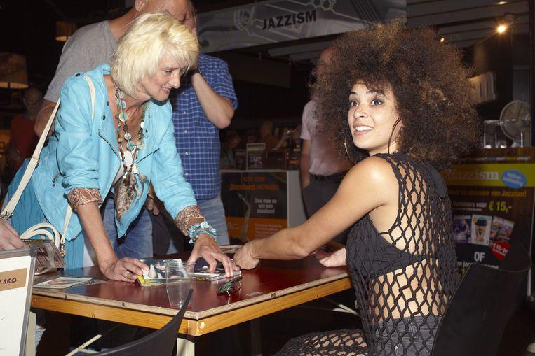 Kandace Springs signeert albums. Beeld Daniel Cohen