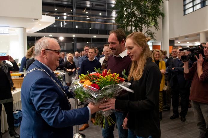 Burgemeester Arco Hofland huldigt op de nieuwjaarsreceptie Jan Bronnikreef en Hanneke Borkent als ambassadeurs van de gemeente Rijssen-Holten.