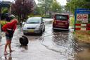 Zomerse regenbui zorgt weer voor problemen met het riool in de Baan in IJsselmuiden. Bewoners aan de Spoorkade krijgen het overtollige regenwater vooral via het toilet de woningen binnen.
