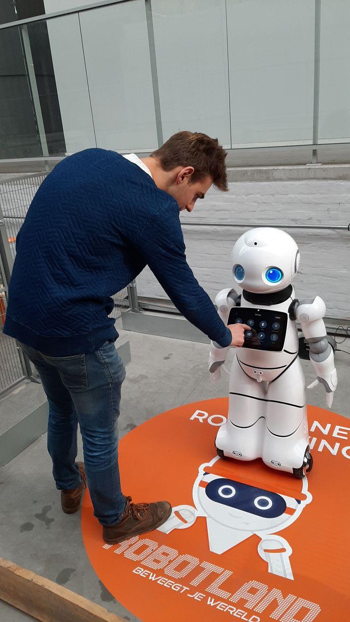Robotland Essen. Seppe Vandekeybus programmeert een robot.