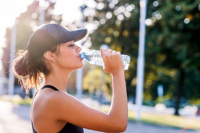 Een hoofddeksel en veel fris water zijn een must om je te beschermen tegen een zonneslag.