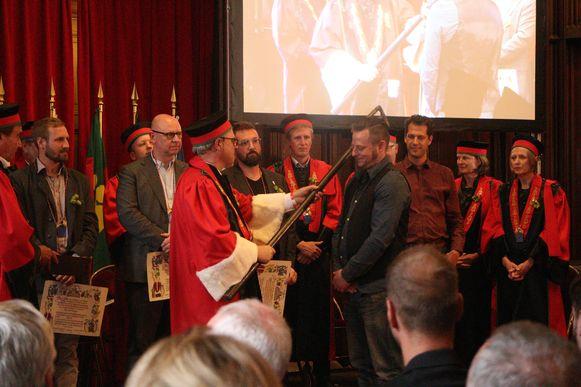 Jef Pirens wordt tot ridder geslagen in de Orde van de Roerstok der Brouwers.
