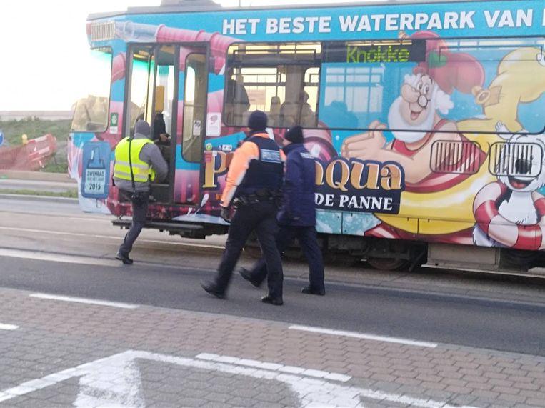 De politie tijdens de controle.