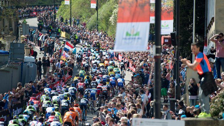 Het peloton op de Cauberg tijdens de Amstel Gold Race Beeld anp