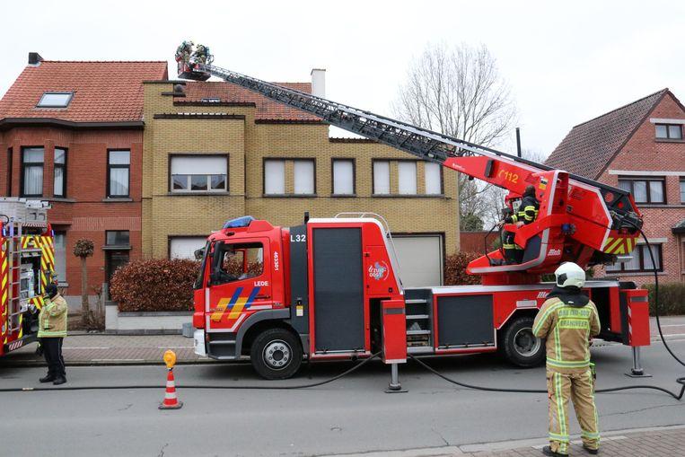 De brandweer deed een grondige controle van beide woningen.