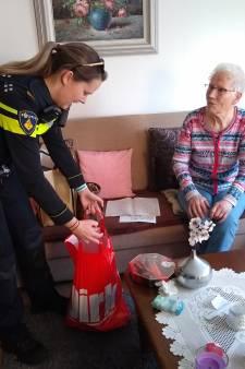 Hengelose Marietje (86) wil de politie het liefst omhelzen. Maar ja, corona...
