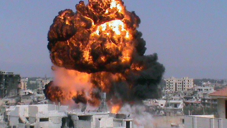 Een still van een enorme explosie in een woonwijk in Homs. Beeld epa